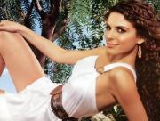 Maria Menounos en robe blanche