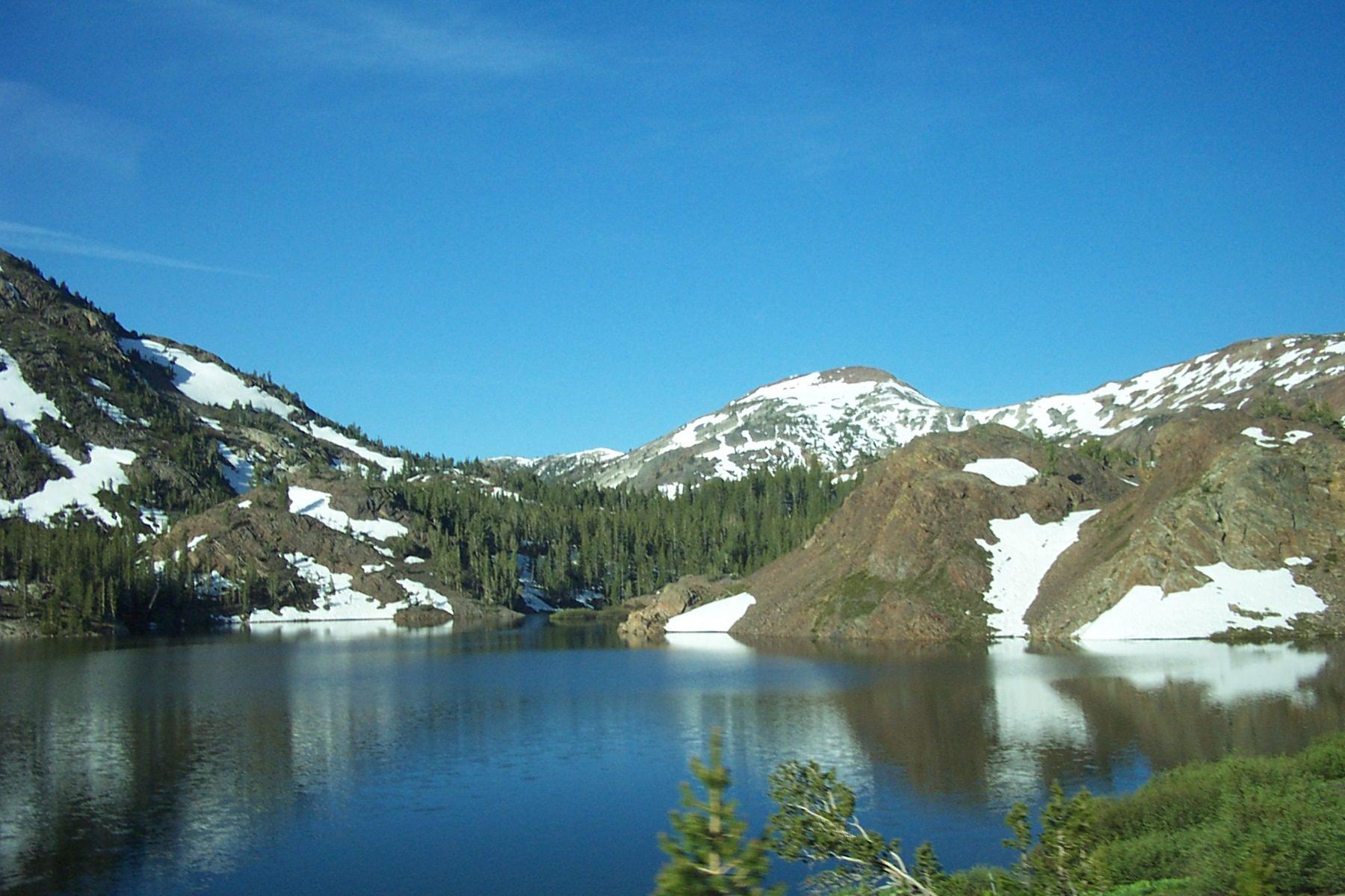 Fond d 39 ecran lac en montagne wallpaper for Fond ecran montagne
