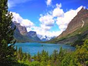 Lac entour� de montagnes