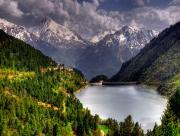 Lac barrage en montagne