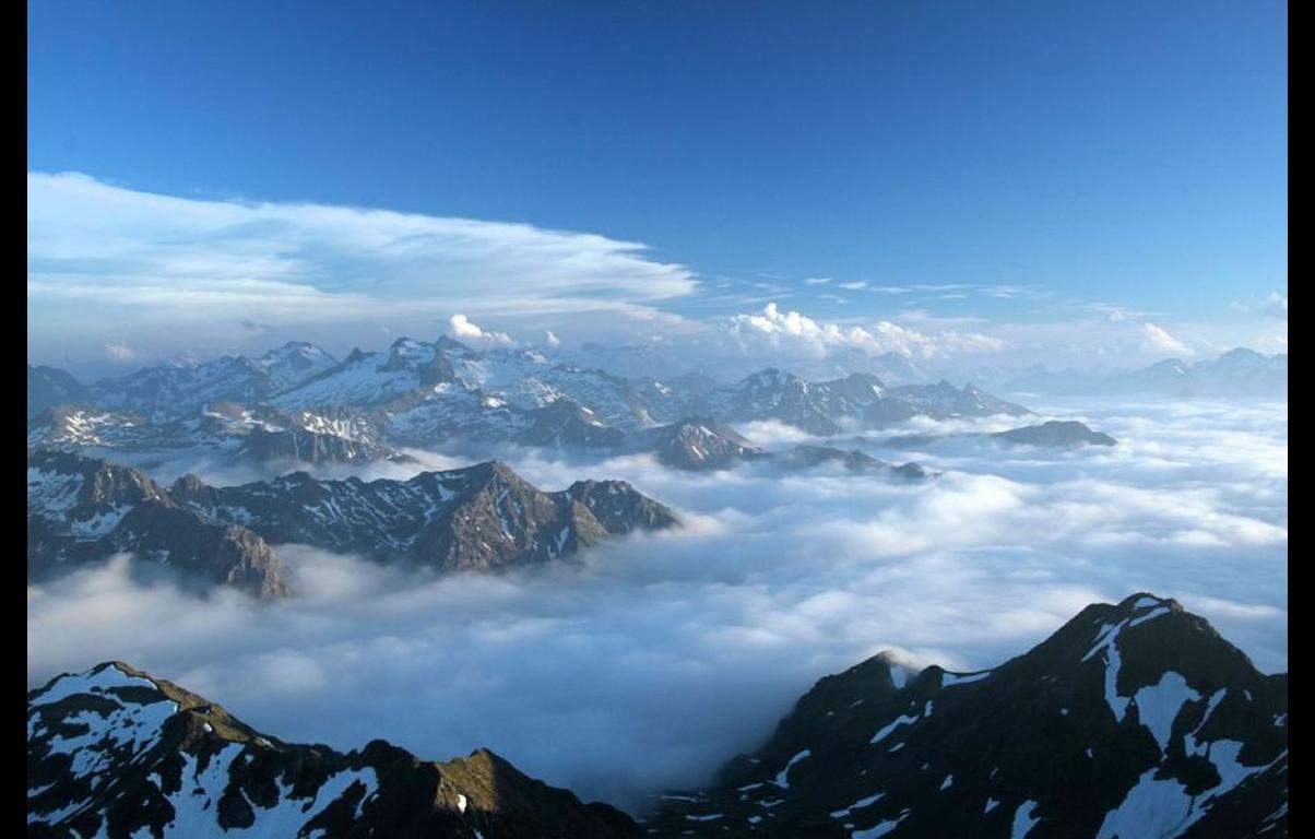 Fond d 39 ecran montagne dans les nuages wallpaper for Fond ecran montagne
