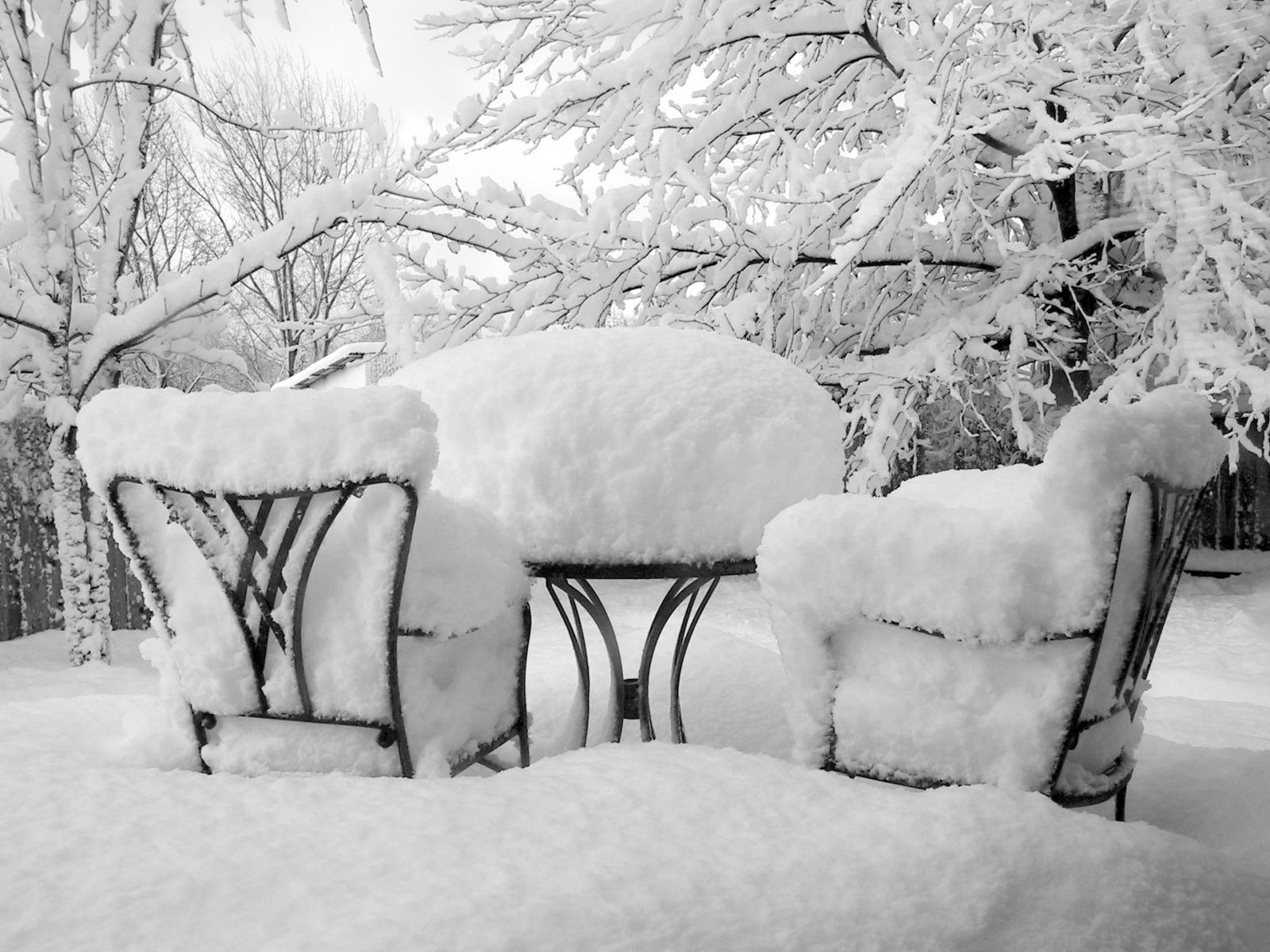 4473-chaises-et-table-sous-la-neige-WallFizz