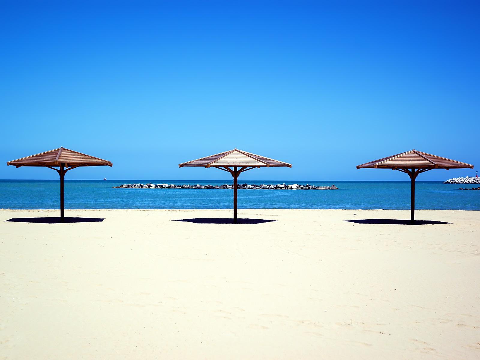 Montage pour annonce grossesse 3095-trois-parasols-sur-la-plage-WallFizz