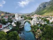Petit village et cours d'eau